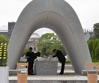 Hiroshima Mayor Kazumi Matsui, right, and a representative of the bereaved families place a list of the names of the survivors from the atomic bombing of Hiroshima who died within the past year and the names of victims whose deaths were confirmed over the past year into the stone chamber of the Cenotaph for the A-bomb Victims at Peace Memorial Park in Hiroshima's Naka Ward on Aug. 6, 2019. (Mainichi/Yoshiyuki Hirakawa)