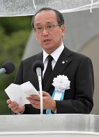 Hiroshima Mayor Kazumi Matsui reads out the Peace Declaration for this year at Peace Memorial Park in Hiroshima's Naka Ward on Aug. 6, 2019. (Mainichi/Yoshiyuki Hirakawa)