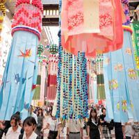 仙台七夕まつりが開幕し、商店街につり下げられた吹き流し=仙台市で2019年8月6日午後5時38分、和田大典撮影