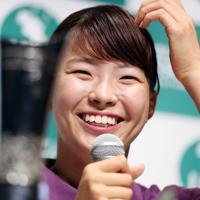 トロフィーを前に会見し、笑顔で質問に答える渋野日向子=東京・羽田空港で2019年8月6日午後4時28分、小川昌宏撮影