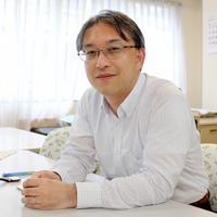 「その人に一番合う形で社会とつながる道を一緒に探しましょう」と話す藤本圭光さん=神戸市兵庫区の「神戸オレンジの会」で、木田智佳子撮影