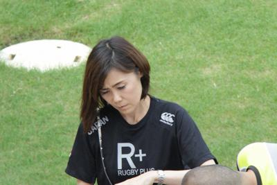 ラグビー日本代表の宮崎合宿で選手のためにドリンクを準備する村野あずささん(左)=宮崎市で2019年7月9日午後3時41分、谷口拓未撮影