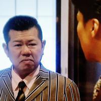 栄輔役の松下優也さん(手前)を見送る場面で、玉井役として目に涙を浮かべる玉井土平ドンペイさん。役柄になりきり、号泣したという=土平さん提供