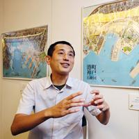 鳥瞰図絵師の青山大介さん=神戸市中央区で、梅田麻衣子撮影