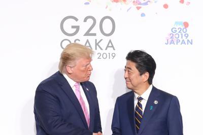 G20大阪サミットでトランプ米大統領(左)を出迎える安倍晋三首相=大阪市で6月28日