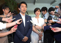 Shinjiro Koizumi, left, a legislator with the ruling Liberal Democratic Party, and Christel Takigawa, a TV announcer, inform reporters at the prime minister's office on Aug. 7, 2019, that they are engaged. (Mainichi/Masahiro Kawata)