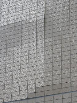 浮きが生じて剥がれそうな外壁タイル