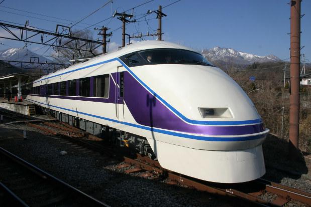 1990年に登場した東武鉄道100系「スペーシア」