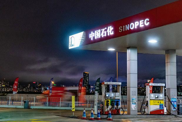 最大の国有企業、中国石油化工集団(シノペック)のガソリンスタンド(Bloomberg)