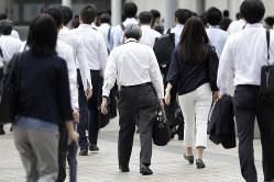 長寿化した社会では働く期間も長くなり、キャリアを変更する可能性も高まる(Bloomberg)