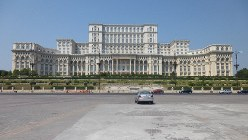 議事堂宮殿。冷戦末期にチャウシェスク大統領が着工した、世界で2番目に大きい建物(写真は筆者撮影)