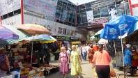 キシニョフの中央市場入り口。新奇なデザインだが中は途上国そのものの空間(写真は筆者撮影)