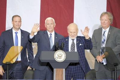 アポロ11号月面着陸50年の祝賀式典で手を振るバズ・オルドリン氏(右から2人目)=米フロリダ州で7月20日、UPI共同