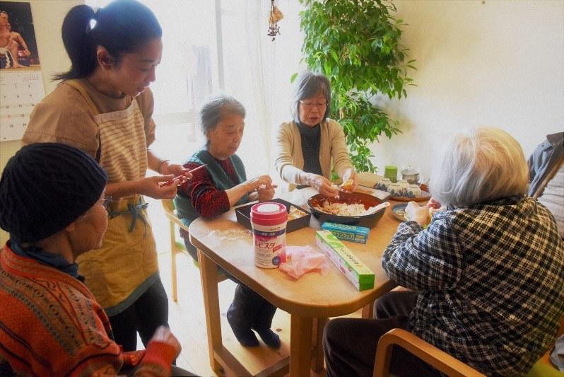 いなり寿司づくりをする利用者ら=神奈川県藤沢市の「ぐるんとびー」で、筆者撮影
