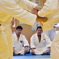 練習を見守る岩永孝秀さん(左)=大津市御陵町の県警察学校で、諸隈美紗稀撮影