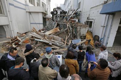 「東日本大震災遺構・伝承館」で当時のままの震災遺構を見る来場者たち=宮城県気仙沼市で3月10日