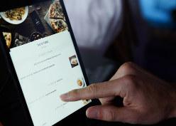 食品から車までサービスを拡充する〈ウーバーイーツのアプリ)(Bloomberg)