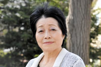 母の体験記が掲載された証言集を手に、「戦争や原爆について子どもたちに伝えていきたい」と話す斎藤路子さん=千葉県習志野市で