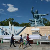 平和祈念式典の準備が進む平和公園。来年の式典は東京五輪閉会式の日と重なる