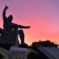 朝焼けに包まれる平和祈念像=長崎市で2019年8月9日午前5時23分、徳野仁子撮影