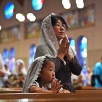 早朝ミサで原爆犠牲者の冥福と平和を祈る人たち=長崎市の浦上天主堂で2019年8月9日午前6時10分、矢頭智剛撮影