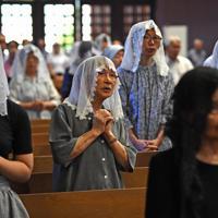 早朝ミサで原爆犠牲者の冥福と平和を祈る人たち=長崎市の浦上天主堂で2019年8月9日午前6時32分、矢頭智剛撮影
