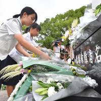 原爆落下中心地碑に献花する高校生たち=長崎市の爆心地公園で2019年8月9日午前6時54分、徳野仁子撮影