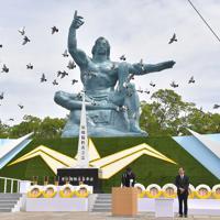 田上富久・長崎市長によって平和宣言が読み上げられ、空に放たれるハト=長崎市の平和公園で2019年8月9日午前11時11分、徳野仁子撮影