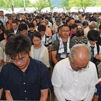 平和祈念式典で黙とうする人たち=長崎市の平和公園で2019年8月9日午前11時1分、矢頭智剛撮影