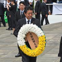 平和祈念式典で献花する安倍晋三首相=長崎市の平和公園で2019年8月9日午前10時55分、矢頭智剛撮影