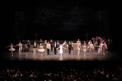 最後の舞台を終え、拍手に応える吉田都さん(中央)ら=東京・初台の新国立劇場で2019年8月8日、長谷川清徳さん撮影