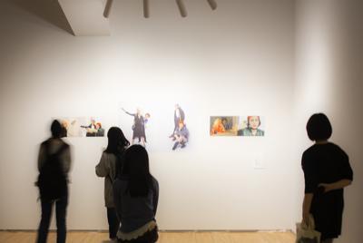 「アリスの広場」と滝沢達史さんが実施する「ゆったりアーツ」における作品鑑賞=アーツ前橋で2019年、滝沢さん提供