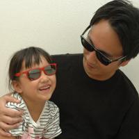 「レイバン」のサングラスで、親子リンクコーディネートを楽しむ父娘