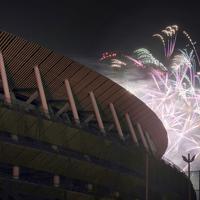 花火に照らされる国立競技場=東京都渋谷区で2019年8月10日午後8時7分、喜屋武真之介撮影