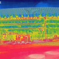 新国立競技場前で、選手たちがゴールすると推測される時間帯に赤外線カメラで撮影すると道路が真っ赤に染まった=東京都新宿区で2019年8月9日午前8時48分、宮武祐希撮影
