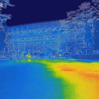 新国立競技場の前で赤外線カメラで撮影すると木陰と日向での温度差がはっきりと見えた=東京都新宿区で2019年8月9日午前5時39分、宮武祐希撮影