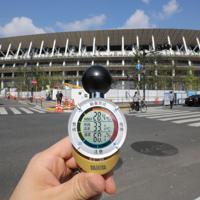 新国立競技場前で、選手たちがゴールすると予測される時間帯で気温を測ると「暑さ指数」で厳重警戒レベルを指していた=東京都新宿区で2019年8月9日午前8時48分、宮武祐希撮影