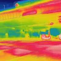 マラソンコースとなる日本橋で、赤外線カメラで道路を撮影すると真っ赤に染まった=東京都中央区で2019年8月9日午前6時22分、宮武祐希撮影