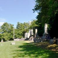 日清・日露戦争や太平洋戦争などの戦没者を追悼するために並んで建つ石碑。左端奥は満州移民の慰霊碑=金沢市の野田山で、阿部浩之撮影