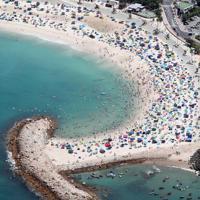 海水浴客でにぎわう白良浜海水浴場=和歌山県白浜町で2019年8月11日午後0時10分、本社ヘリから幾島健太郎撮影