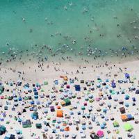 海水浴客でにぎわう白良浜海水浴場=和歌山県白浜町で2019年8月11日午後0時11分、本社ヘリから幾島健太郎撮影