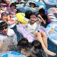 大勢の家族連れや若者らが詰めかけたジャンボ海水プール=三重県桑名市のナガシマスパーランドで2019年8月11日午前11時33分、兵藤公治撮影