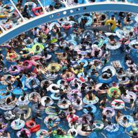 大勢の家族連れや若者らが詰めかけたジャンボ海水プール=三重県桑名市のナガシマスパーランドで2019年8月11日午前11時27分、兵藤公治撮影