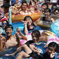 大勢の家族連れや若者らが詰めかけたジャンボ海水プール=三重県桑名市のナガシマスパーランドで2019年8月11日午後0時59分、兵藤公治撮影