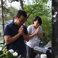 御巣鷹山の尾根で犠牲者への慰霊の意を込めて祈る人たち=群馬県上野村で2019年8月12日午前7時、滝川大貴撮影