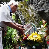 亡くなった娘陽子さん、満さん、純子さんの銘標を清める田淵親吾さん=群馬県上野村で2019年8月12日午後0時10分、滝川大貴撮影