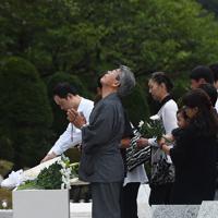 追悼慰霊式で慰霊の園に献花する遺族たち=群馬県上野村で2019年8月12日午後6時20分、滝川大貴撮影