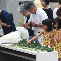 追悼慰霊式で献花する遺族たち=群馬県上野村で2019年8月12日午後6時16分、滝川大貴撮影