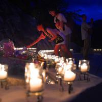 追悼慰霊式後、ろうそくに火のともった慰霊の園に献花する人たち=群馬県上野村で2019年8月12日午後7時10分、滝川大貴撮影