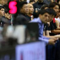 【日本―ニュージーランド】第3クオーター、試合を見つめる渡辺雄太(左)=千葉ポートアリーナで2019年8月12日、小川昌宏撮影